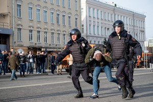 Thumbnail 246830 RUSSIA - Riot police officers detain a protester during an unauthorised anti-corruption rally  | © ALEXANDER UTKIN/AFP/Getty Images