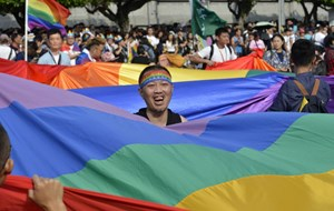 Thumbnail 246839 TAIWAN - Supporters of same-sex rights display a giant rainbow flag during a gay pride parade  | © SAM YEH/AFP/Getty Images