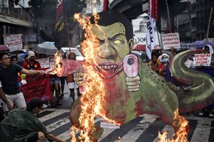 Thumbnail 246842 PHILIPPINES - Activists burn a caricature of Philippine President Rodrigo Duterte | © NOEL CELIS/AFP/Getty Images