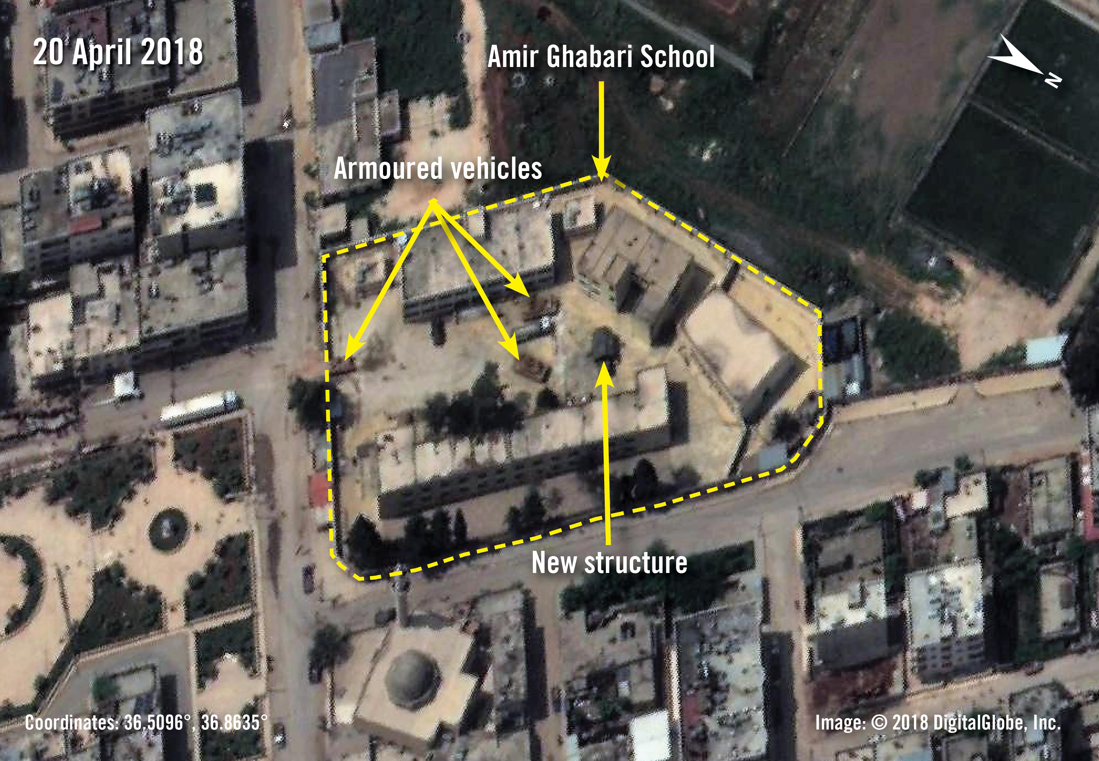 Satellitenbild der Amir Ghabari-Schule in Afrin, die laut ehemaligen Lehrer*innen den türkischen Truppen und verbündeten Milizen als Stützpunkt dient | © 2018 DigitalGlobe, Inc.